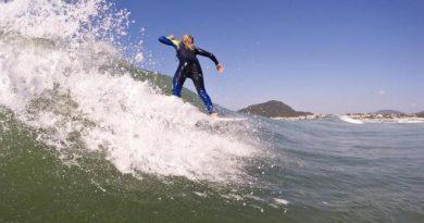 Circuito South to south reúne surfistas na praia do Moçambique