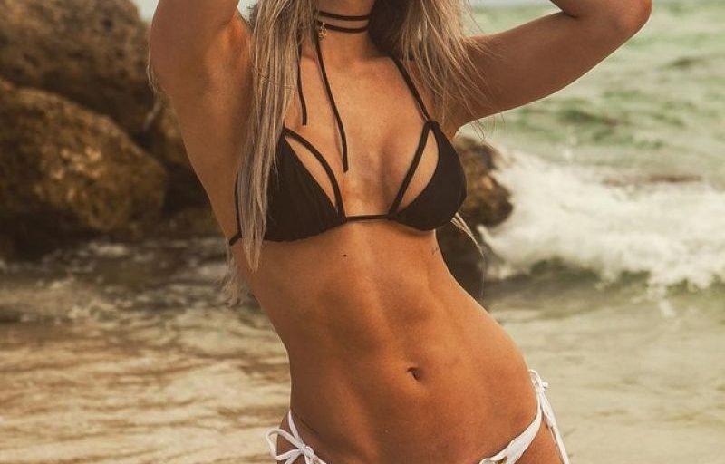 Tatiele Polyana exibe o corpo perfeito em clique só de biquíni